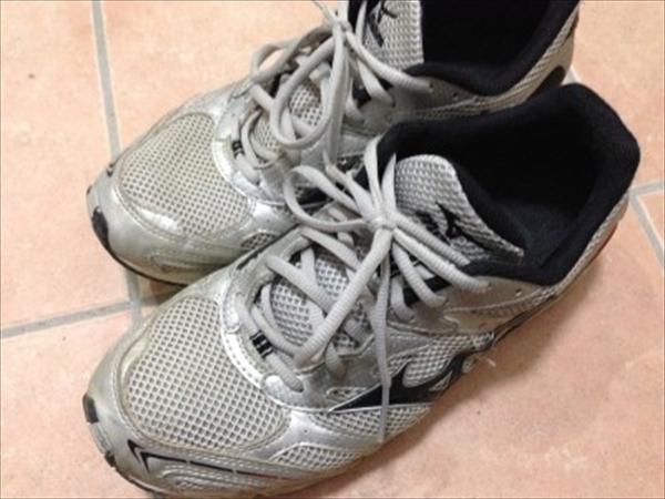 スニーカーの洗い方、シミや臭いを防いで白く洗い上げるには?